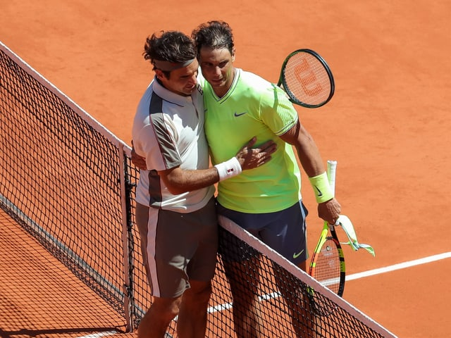 Roger Federer gratuliert Rafael Nadal nach dessen 6:3, 6:4, 6:2-Sieg.