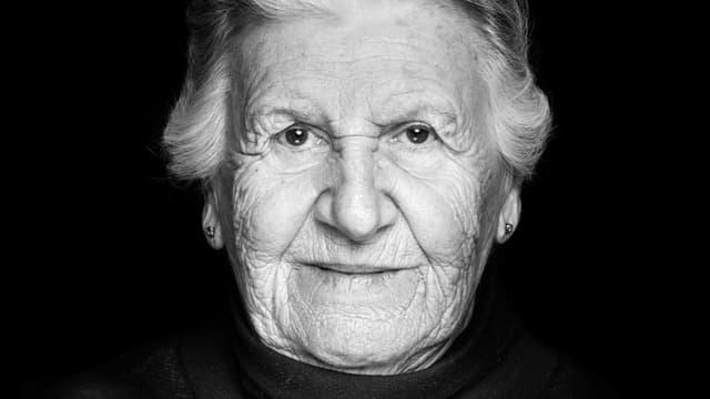 Ein Porträt von Nina Weil.