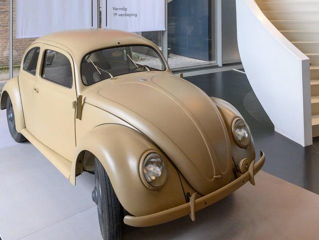 Ein brauner Volkswagen in einer Ausstellung.