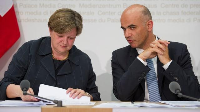 Isabelle Chassot, Direktorin Bundesamt für Kultur und Bundesrat Alain Berset bei der Medienkonferenz am 28.5.2014