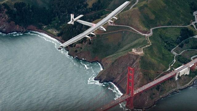 Die Solar Impulse schwebt über der Golden Gate Bridge.