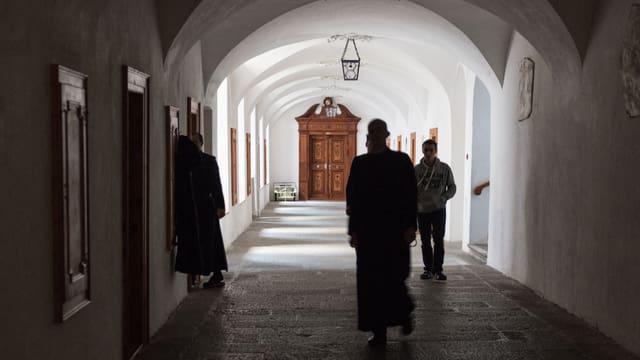 Frars e paders en in dals nundumbraivels corridors en claustra.