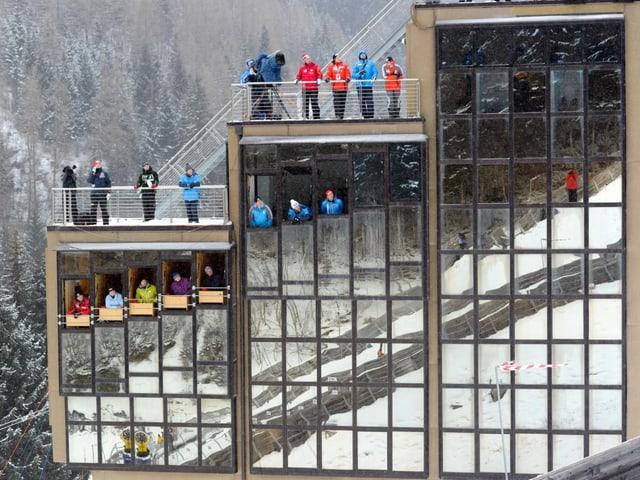 Die Sprungrichter auf der Grossschanze in Val di Fiemme.