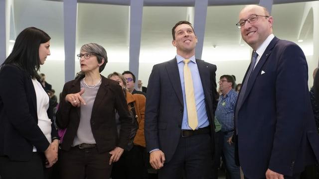Vier Kandidaten stehen neben einander
