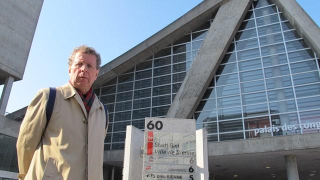 Benedikt Loderer steht vor dem Kongresshaus Biel.
