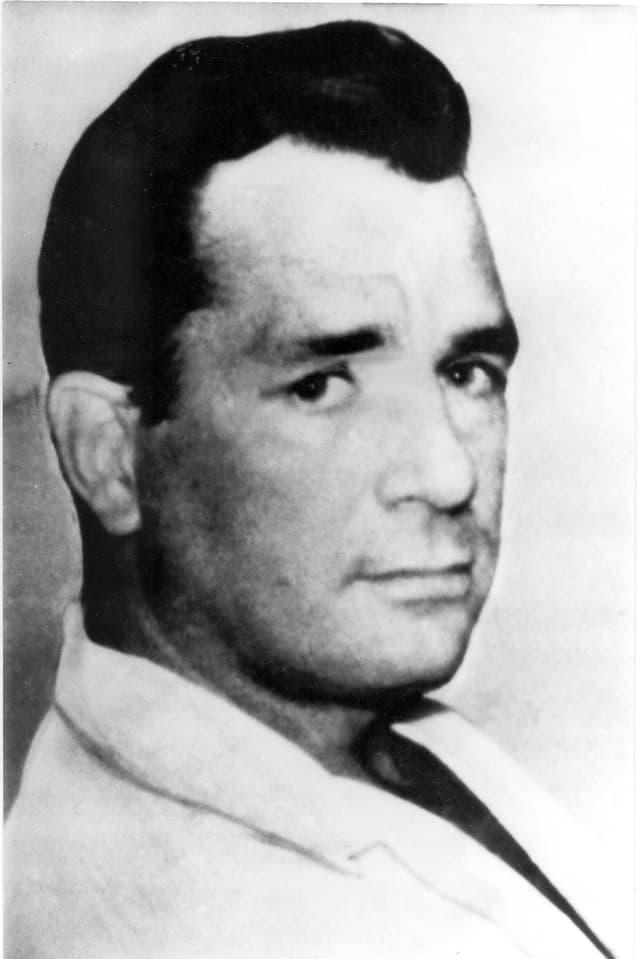 Jack Kerouac, Porträtbild, in weissem Sacko ohne Hemd.
