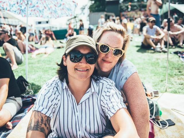 Stephanie (links) und ihre Partnerin Miri geniessen ihre Zeit am Gurtenfestival.