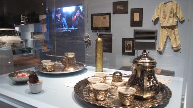 Ausstellungsvitrine mit türkischem Geschirr darin.