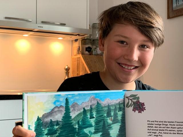 Ein Junge präsentiert sein Kinderbuch