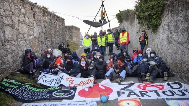 Die Aktivisten erschweren der Polizei den Zugang.