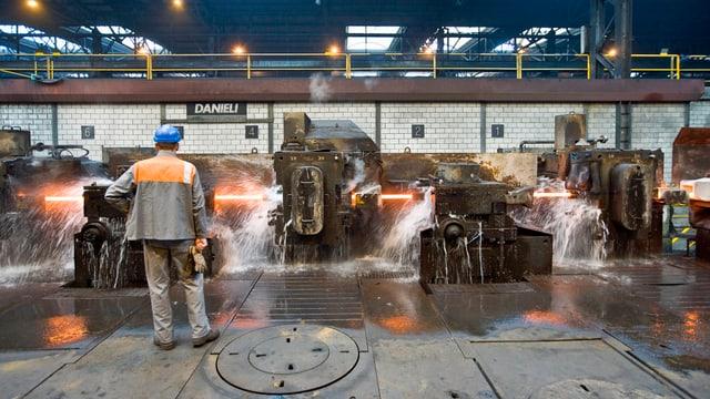 Ein Mitarbeiter der Stahl Gerlafingen AG arbeitet in der Produktionshalle des Stahlwerks in Gerlafingen im Kanton Solothurn. (keystone)