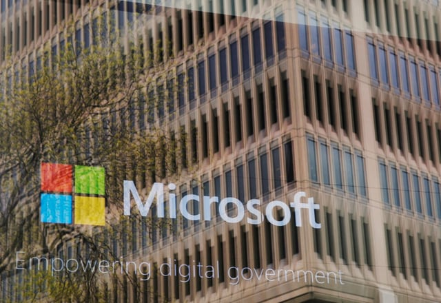 Microsoft Logo an Gebäudefassade