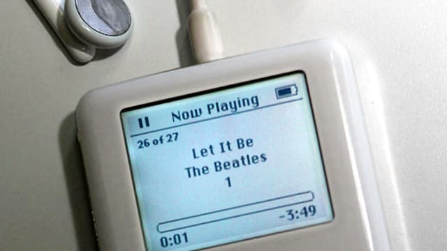 Altomdischer iPod, auf dem Bildschirm steht «Let It Be - The Beatles».