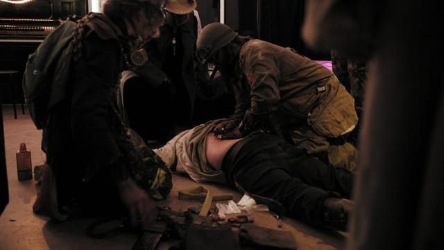 Verwundete Person mit Ärzten an einem LARP