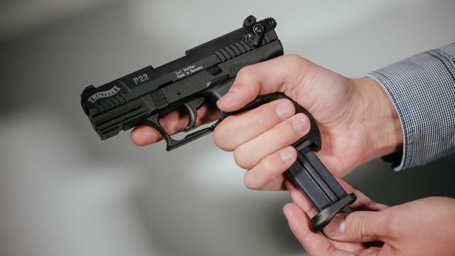 Persuna che chargia ina pistola.