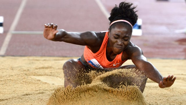 Tianna Bartoleta landet im Sand.