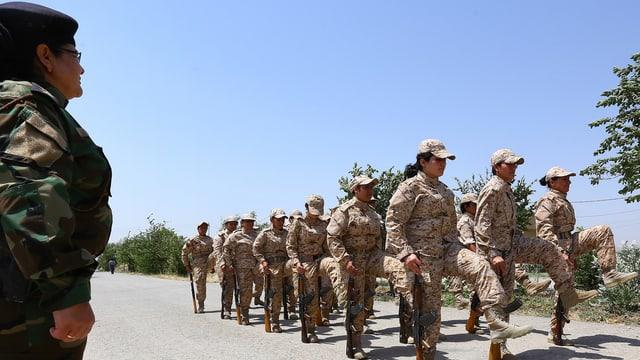 Weibliche Armeeangehörige beim Exerzieren.