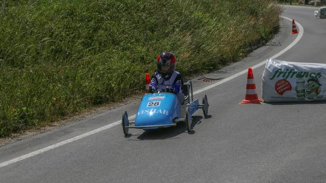Lean cun ses mini car blau durant la cursa.