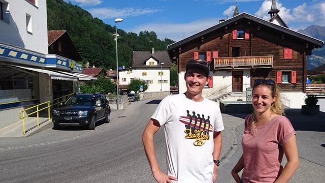 Joris Tomaschett e Pia Tschuor dal comité d'organisaziun sin il plaz da festa amez Rueun.