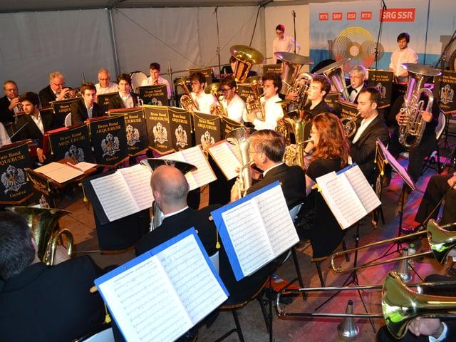 Ein Orchester auf einer Bühne.