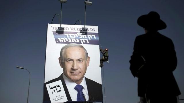 Orthodoxer Jude vor Netanjahu-Wahlplakat