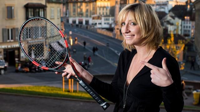 Timea Bacsinszky posiert für ein Fotoshooting in Lausanne mit Tennisschläger.