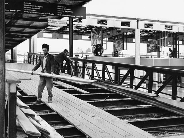 Zwei Männer entfernen Holzleisten