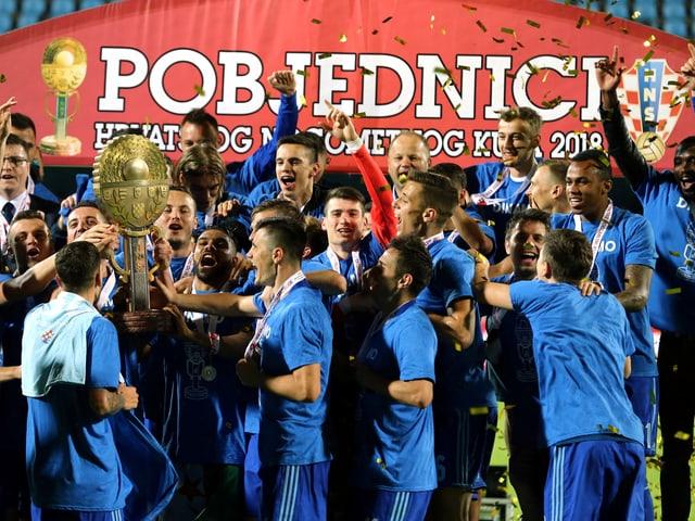 Die Spieler von Dinamo Zagreb feiern den Cupsieg