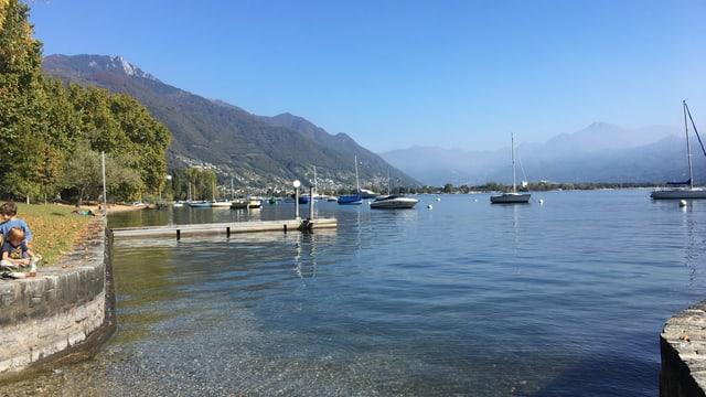 Leichter Dunst über dem sonst wolkenlosen Lago Maggiore.
