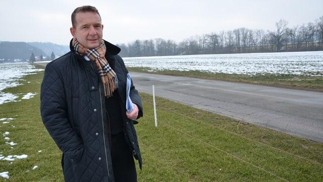 OK-Vizepräsident Francesco Rappa auf einem mit Schnee bedeckten Feld.