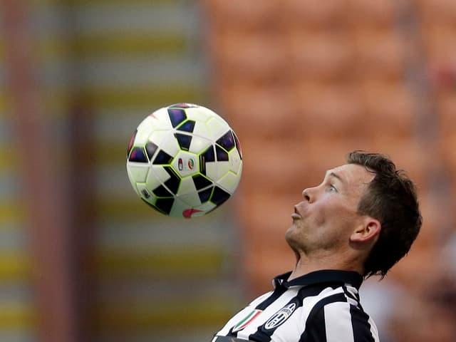 Stephan Lichtsteiner nimmt den Ball mit der Brust an.