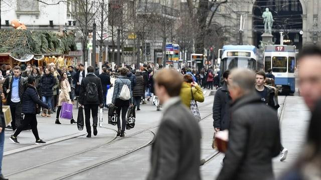 Menschen in der Bahnhofstrasse in Zürich