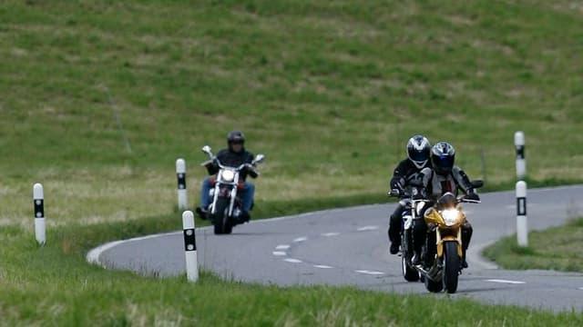 Motorradfahrer auf Überlandstrasse.