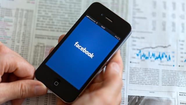 Telefonin cun aviert l'applicaziun da Facebook.