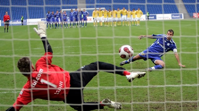 FCZ-Torhüter Johnny Leoni wehrte 2007 im 1/16-Final des Cups mit dem Fuss den entscheidenden Penalty von Concordias Cyrill Gloor im Penaltyschiessen ab.