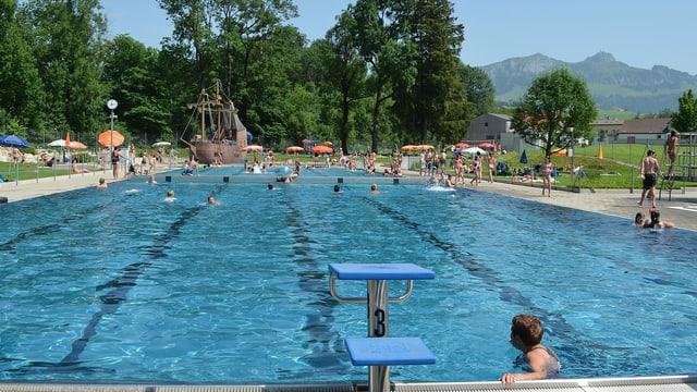 Schwimmbecken im Freien.