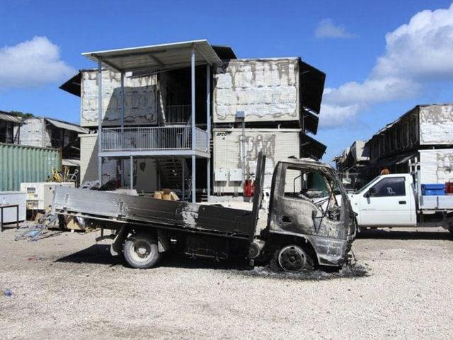Ausgebranntes Asylbewerberheim und zerstörter Transporter