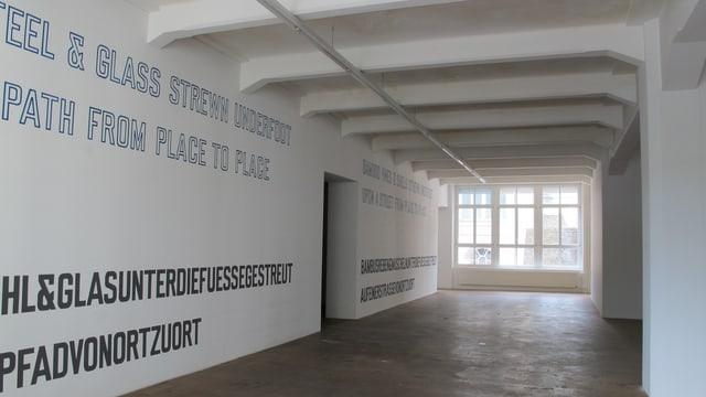 Grosser Korridor, auf den Wänden Schriftzüge mit künstlerischen Texten