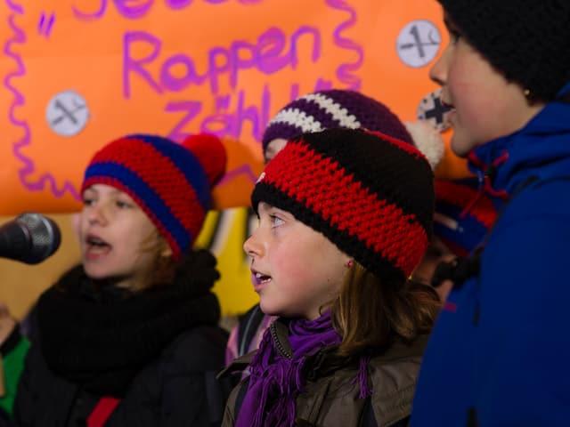 Die Kinder singen mit Gustav ein Weihnachtslied.