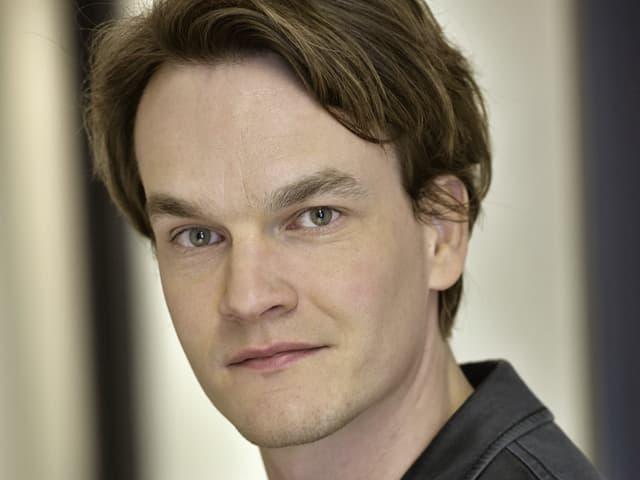 Ein junger Mann mit braunem Haar.