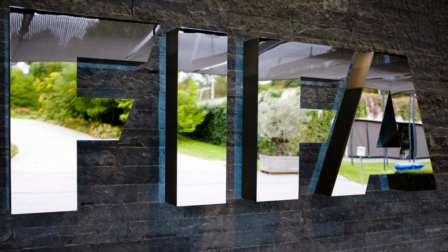 Ein spiegelndes Schild aus den vier Buchstaben F I F A.