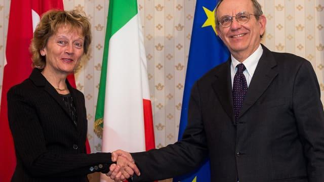 Eveline Widmer-Schlumpf dat il maun al minister da finanzas talian Pier Carlo Padoan.