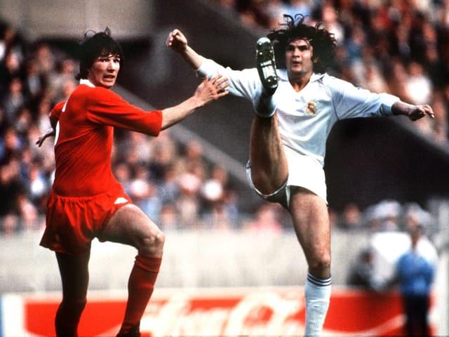 Reals Jose Antonio Camacho (rechts) gegen Alan Hanson im Final der Landesmeister 1981.