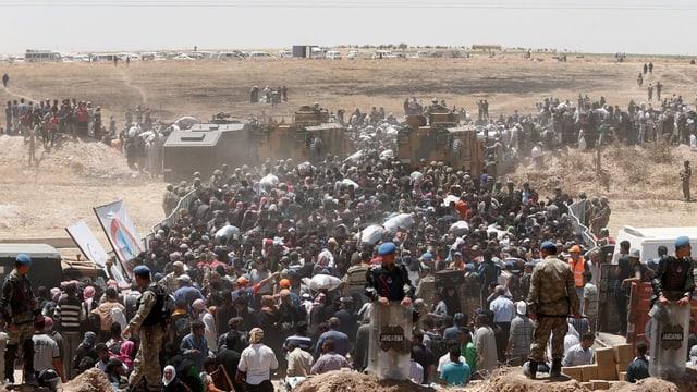 Syrische Flüchtlinge warten an der türkischen Grenze auf Einlass.