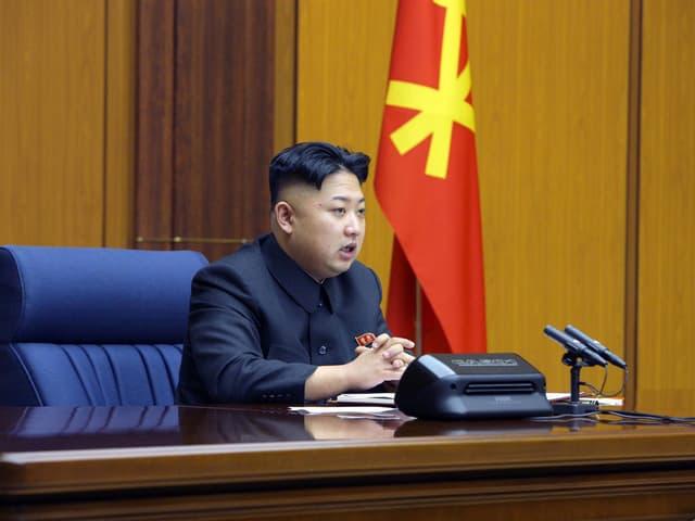 Kim Jong Un an einem Rednerpult.