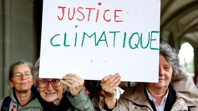 Zwei Klima-Seniorinnen mit Protesplakat an einer Medienkonferenz 2016.