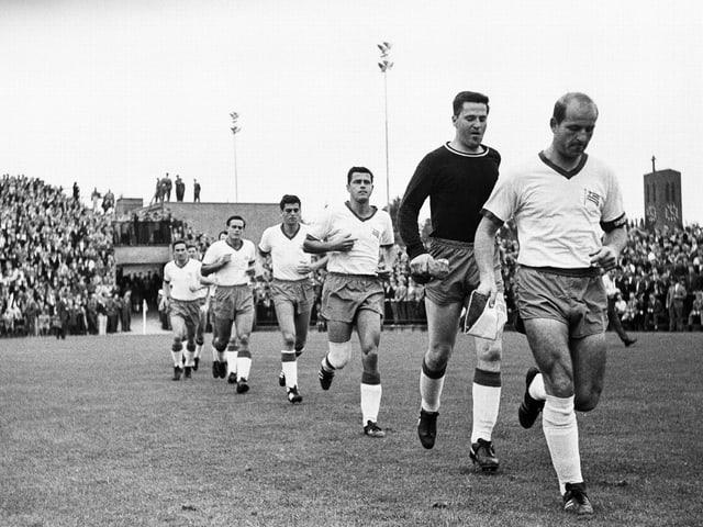 Tasmania Berlin marschiert in der Bundesliga-Saison 1965/66 auf dem Bökelberg ein.