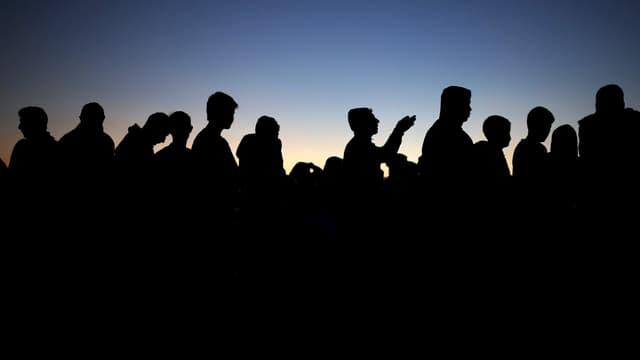 Migranten stehen in Griechenland in einer Schlange, 30. März 2016