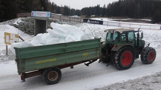 La naiv artificiala ch'è vegnida producida cun ina maschina da far naiv speciala, vegn transportada sin la loipa cun in tractor