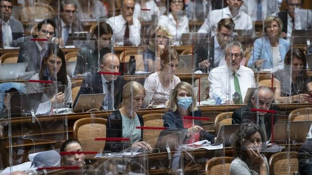 Parlamentaris en la sala dal Cussegl naziunal.